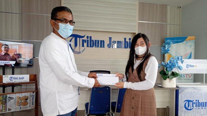 Tribun Jambi Serahkan Hadiah Tiktok Challenge ke Empat Pemenang