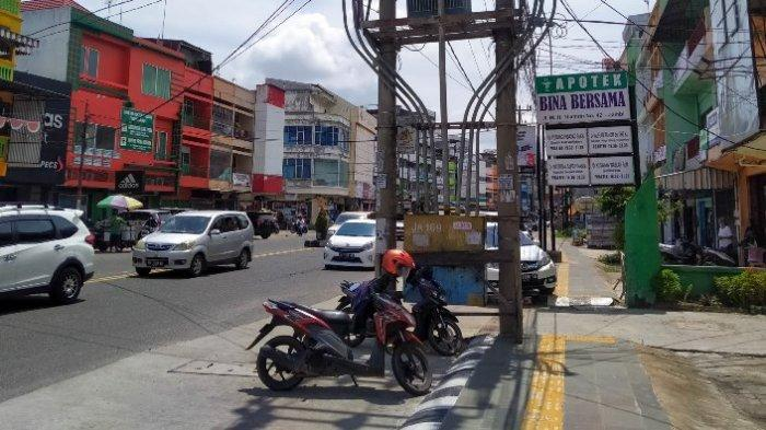 Pejalan Kaki Merasa Terganggu Trotoar di Jalan Raden Mattaher dan MH Thamrin Ada Tiang Listrik