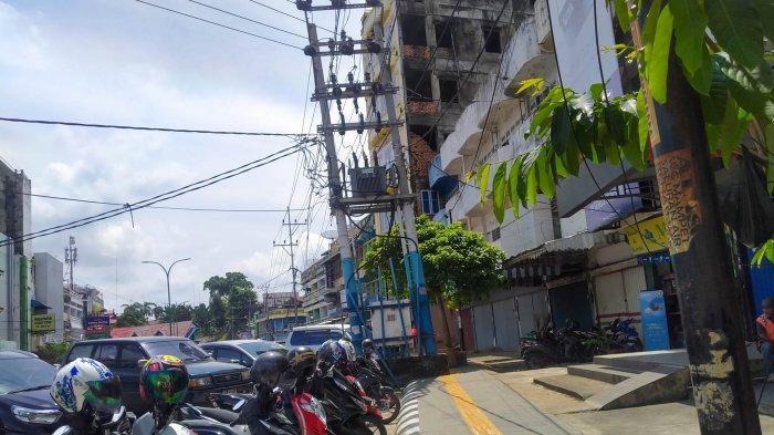Tiang listrik di tengah trotoar sepanjang Jalan Raden Mattaher hingga menuju Jalan MH Thamrin, Pasar Jambi, Kota Jambi.