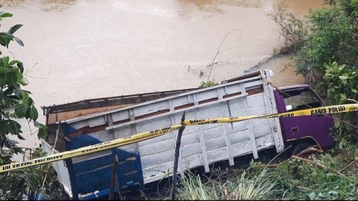 BREAKING NEWS: Ngindar Mobil Sawit, Truk Pembawa Sembako dan Pupuk Nyungsep ke Sungai di Tebo