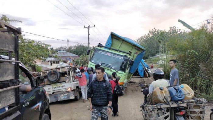 Truk Batubara Terjebak di Tengah Jalan, Sebabkan Kemacetan Panjang di Simpang Niam Tebo