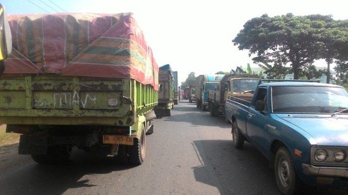 FOTO: Truk Mengular dari Muaro Jambi Hingga Kota Jambi, Akibat Dua Truk Mogok di Jalan