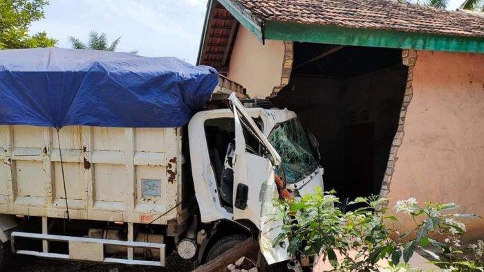 BREAKING NEWS Dump Truk Angkut Batu Bara Seruduk Rumah Warga di Batin XXIV