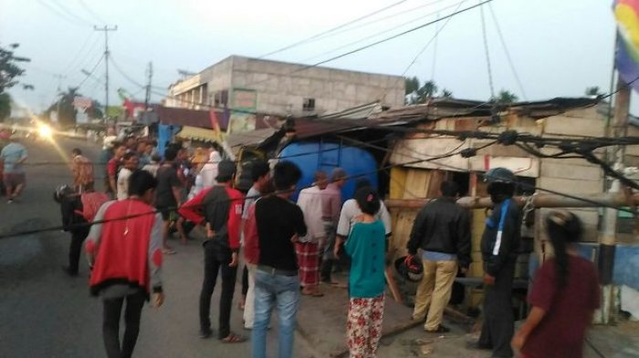 Truk Seruduk Rumah Warga, Dua Orang Luka-luka