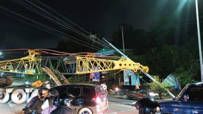 Truk Trailer Pengangkut Crane Tabrak Tiang CCTV Etle Telanaipura Hingga Patah