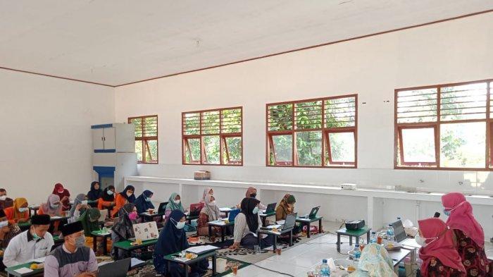 Tim pengabdian masyarakat Dosen Pendidikan Fisika FKIP Universitas Jambi kunjungi SMP dan SMK Islam Asy'ariyyah Ibru