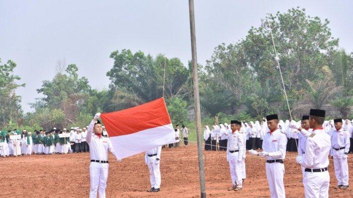 Upacara di Lapangan Becek, Semangat Santri Ponpes Al Hidayah di Peringati Hari Santri Nasional