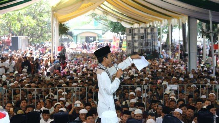Ustaz Abdul Somad saat berceramah di halaman Mesjid Al Musanif Jalan Cemara, Medan Estate, Deli Serdang, Sabtu (23/3/2019)