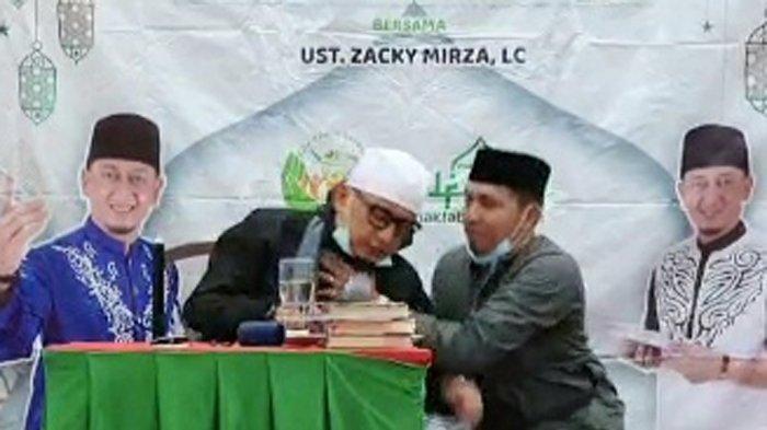 Minggu (18/4/2021) malam Ustaz Zacky Mirza dikabarkan jatuh pingsan ketika sedang berceramah atau memberikan dakwah di Kota Pekanbaru, Riau.
