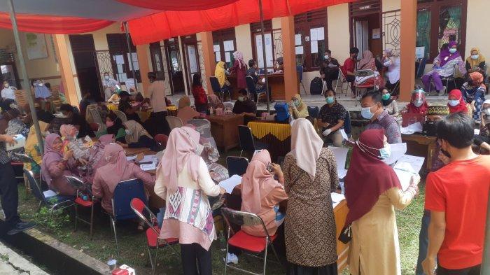Vaksinasi Covid-19 di Singkut Serentak dengan Pelantikan Kepala Desa Menimbulkan Kerumunan