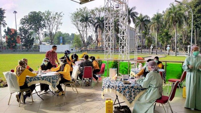Pelayan Publik dan Lansia di Kota Jambi Mulai Divaksin Covid-19 di Lapangan Depan Balai Kota