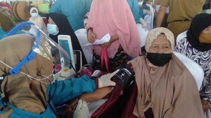 990 Orang Lansia Terima Vaksinasi Massal di Kota Jambi