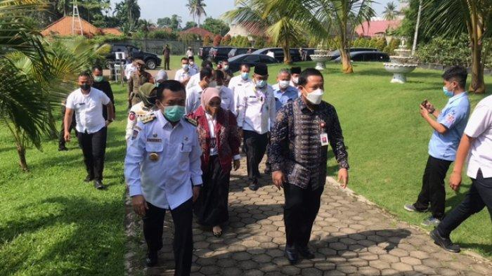 Vaksinasi Massal Aman dan Sehat terus dilakukan pada pelayanan publik sektor jasa keuangan di Jambi untuk menekan angka penyebaran virus covid-19.
