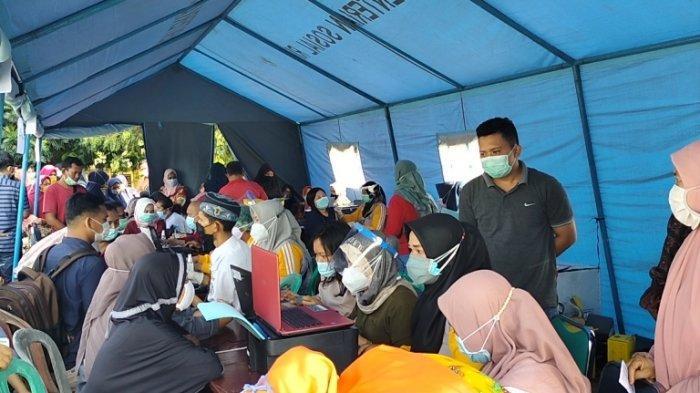 Vaksinasi Massal di Sarolangun, Petugas Berulangkali Imbau Masyarakat Jaga Jarak Jangan Berkerumun