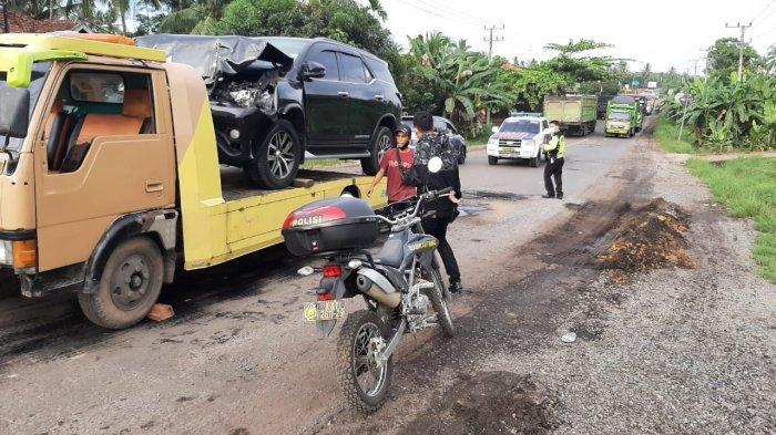 Evakuasi mobil Bupati Merangin saat terjadi Kecelakaan lalu lintas antara Mitsubishi Colt Diesel dan mobil Toyota Fortuner, terjadi di Jalan lintas Jambi-Muara Tembesi Kelurahan Sridadi RT 05 Kecamatan Muara Bulian, Kamis (9/9/2021) sekira pukul 03.30 Wib.