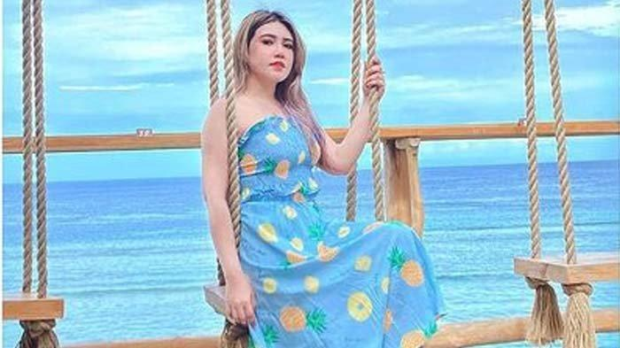 Pose Via Vallen Pakai Dress Transparan Mejeng di Pantai Buat Penasaran, Netizen: Itu Pantai Apa?