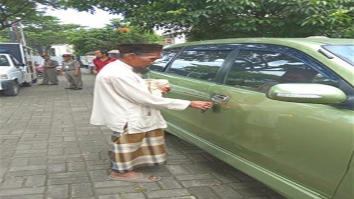 VIRAL Ketahuan, Pengemis Tua Pulang Bawa Mobil Sendiri, Satpol PP Melongo Melihatnya