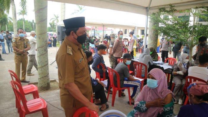 Gelar Vaksinasi Kedua, Wabup Tanjabbar Beri Penghargaan Sembako ke Masyarakat yang Divaksin