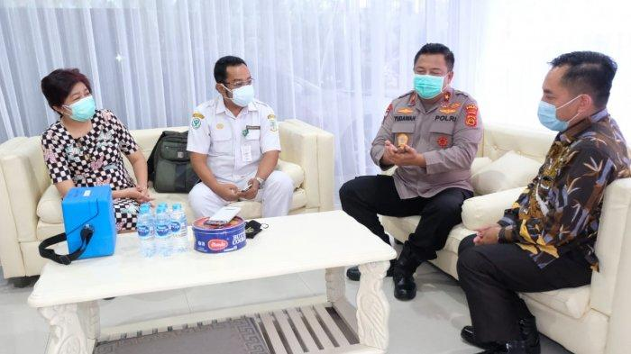 Wakapolda Jambi Brigjen Pol Yudawan Roswinarso berbincang bersama Plt Kadis kesehatan Provinsi Jambi Raflizar