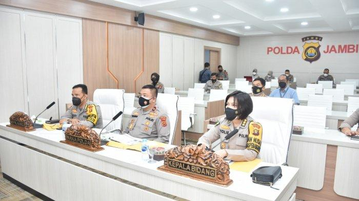 Wakapolda Jambi Brigjen Pol Drs Yudawan Roswinarso, SH, MH, mengikuti Rapat Kesiapan Vaksinasasi Nasional dalam rangka HUT Bhayangkara ke-75 tahun 2021 yang bertempat di Ruang Vicon Lantai 2 Gedung Utama Mapolda Jambi, Selasa (22/6/21).