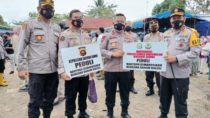Wakapolda Jambi, Brigjen Pol Yudawan R menyerahkan bantuan untuk korban bencana banjir di Kalimantan Selatan, Kamis (4/1/2021).
