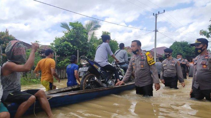 Wakapolres, Kompol Yudha Lasmana bersama tim gabungan turun cek desa di Kecamatan Muara Tabir yang terendam banjir, Rabu (25/11/2020).