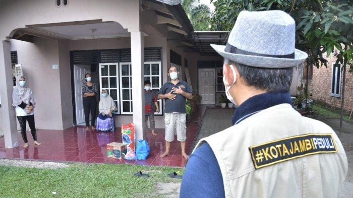 Wali Kota Jambi Beri Bantuan Sembako Kepada Keluarga Besar yang Terpapar Covid-19 di Selincah
