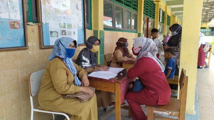Sekolah di Tanjung Jabung Barat Mulai Aktif Lagi, Wali Murid Ikut Mengantar Anaknya MPLS