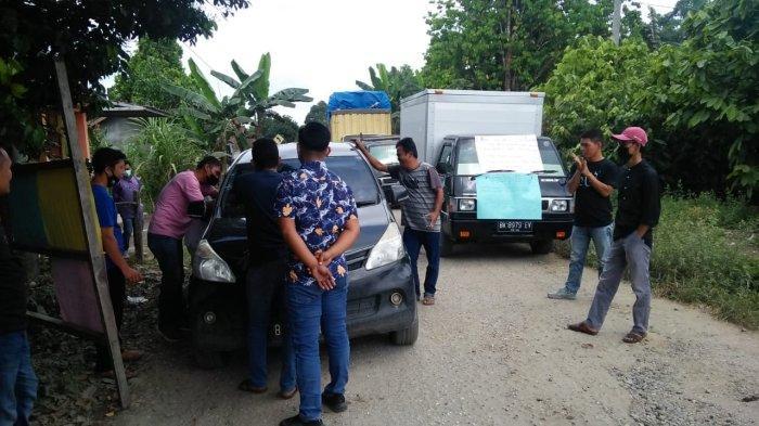 Kesal Jalan Tak Kunjung Diperbaiki, Warga Batang Masumai Merangin Blokir Jalan di Depan Rumah Dewan