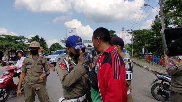 Seorang Warga dan Satpol-PP Adu Argumen Soal Penertiban di Tepi Jalan Lintas Sumatera Sarolangun