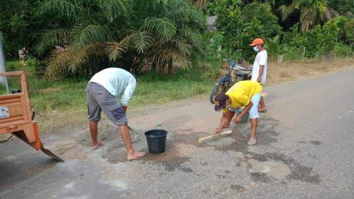 Baru Setahun Ditambal, Jalan Menuju Rimbo Bujang Rusak, Warga Inisiatif Perbaiki Sendiri
