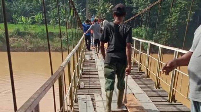 Jadi Akses Jalan ke Perkebunan, Warga Sarolangun Perbaiki Jembatan Gantung Berusia 13 Tahun Ini