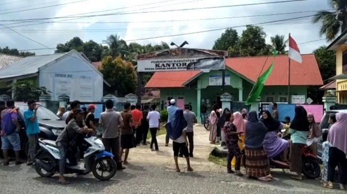 Puluhan warga Dusun Sungai Arang, Kecamatan Bungo Dani mendatangi Kantor Rio Dusun Sungai Arang, Rabu (9/9/2020).