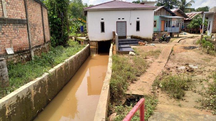 Warga Jalan Gado-gado, Suka Karya, Kota Baru Mengeluhkan Banjir Setiap Hujan Datang