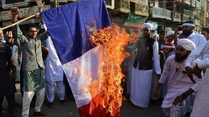 Warga Pakistan membakar bendera Prancis