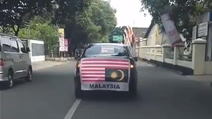 Sakit Hati Insiden Bendera Terbalik, Orang Ini Putar-putar Kota Pasang Bendera Malaysia Terbalik