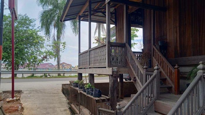 Warung Harani, yang berlokasi di Mudung laut dekat Balai Kerajinan Selaras Pinang Masak Seberang Kota Jambi.