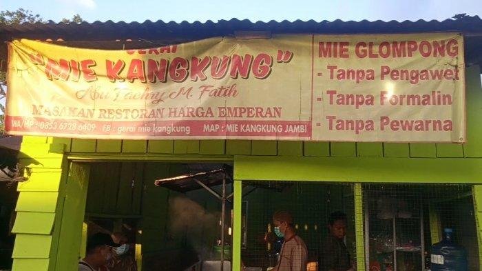 Warung Mie Kangkung yang berlokasi di Simpang Asparagus, Kota Jambi.