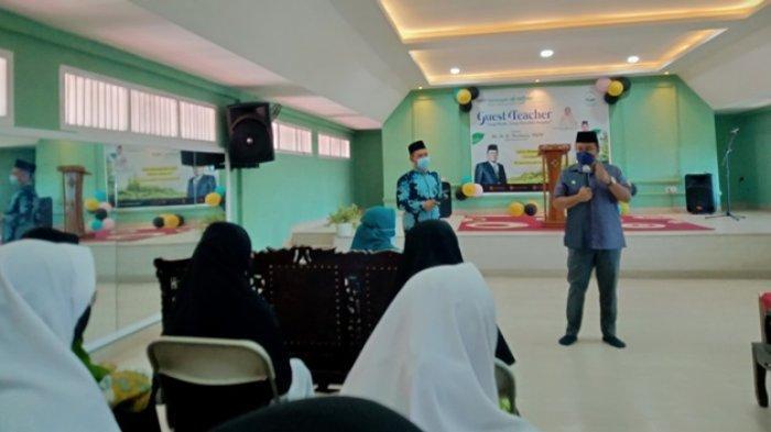 Wawako Maulana Beri Inspirasi Siswa Melalui Kegiatan Guest Teacher di SMA IT Al Azhar