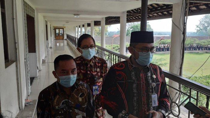 Sekda provinsi jambi Sudirman didampingi Kadis kesehatan provinsi dan kabid Promkes sedang memberikan keterangan pada awak media