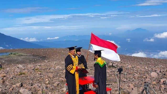 Diwisuda di Puncak Gunung Marapi, Andi: Ini Sejarah bagi Hidup Saya
