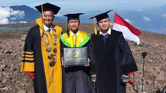 Wisuda STIKes Baiturrahim Jambi di puncak Marapi, Sumatera Barat, Kamis 12 November 2020