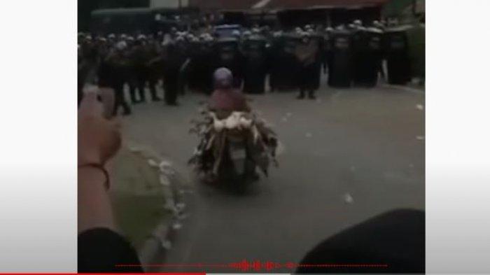 Detik-detik Video Emak-emak Terobos Demo Sambil Bawa Puluhan Bebek Viral, Polisi: Mana Bisa Ditahan!