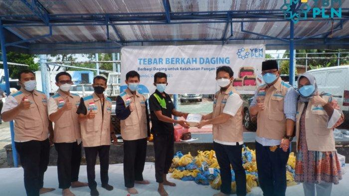 Tebar Berkah Daging, Yayasan Baitul Maal (YBM) PLN UP3 Jambi Berbagi untuk Ketahanan Pangan Dhuafa