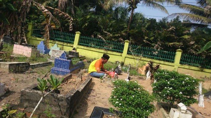 Ilustrasi warga sedang melakukan ziarah kubur jelang Ramadan