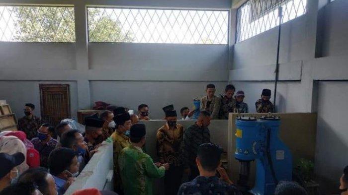Zulhelmi Serahkan Bantuan Peralatan Bagi Sentra Pandai Besi Koto Padang