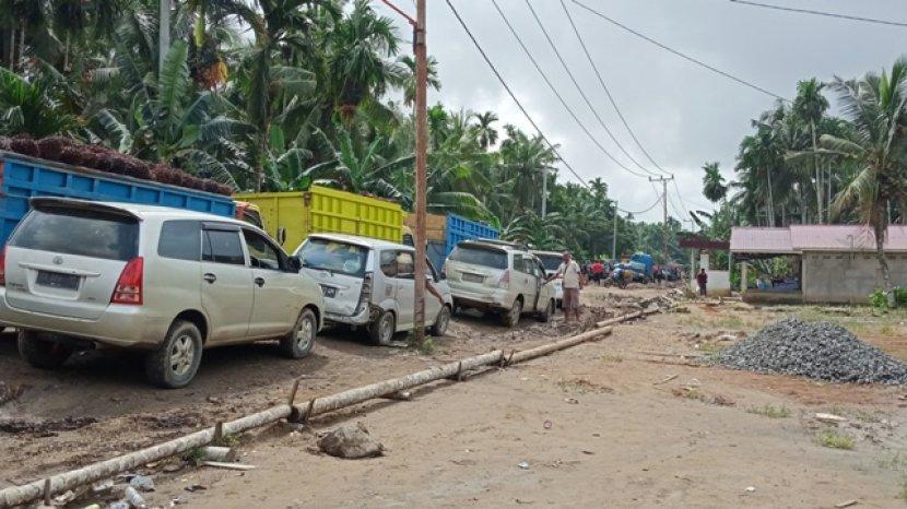 kemacetan-panjang-masih-terjadi-di-ruas-jalan-desa-siau-tanjabtim.jpg