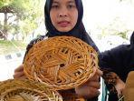 04032020_kwt-dampingan-walhi-manfaatkan-lidi-sawit-dan-bambu-menjadi-kerajinan-yang-bernilai.jpg
