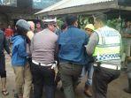 05032020_polisi-bersama-warga-mengangkat-korban-kecelakaan.jpg