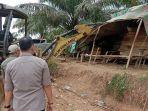 06032020_petugas-hancurkan-camp-dan-tumpahkan-minyak-13-ton-hasil-ilegal-drilling.jpg